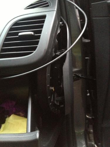 Прокладка кабеля AXiOM Car Vision 1000 в торцевой части торпедо HYUNDAI Solaris