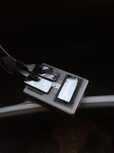 Корпус видеорегистратора AXiOM Car Vision 1000 со стороны наклейки его на стенку бардачка